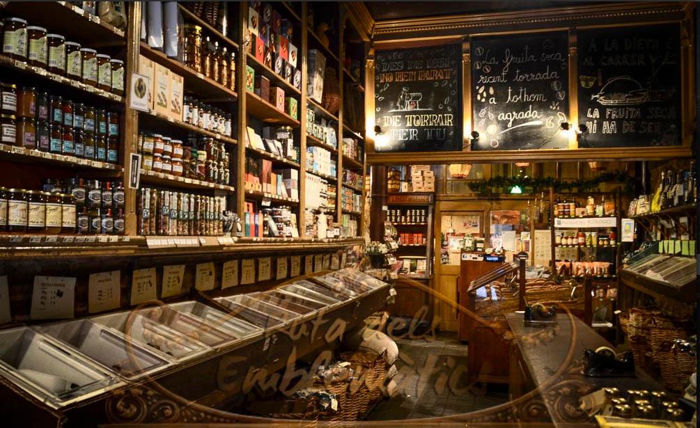 L'interior de l'establiment conserva l'ambient del antics graners. Autor: Esteve Vilarrúbies. FICC - Fons d'Imatges del Comerç de Catalunya