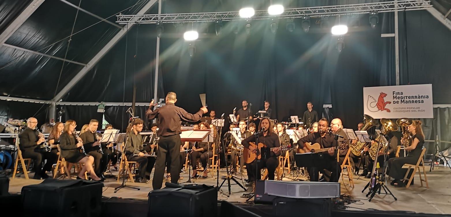 La Banda i Escola de Música La Ginesta amb Marta & Gregori en una actuació dins la Fira Mediterrània