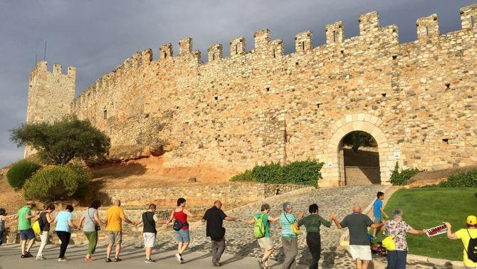 Una de les activitats més destacades de la capitalitat de Montblanc va ser la iniciativa 'Abracem la muralla'