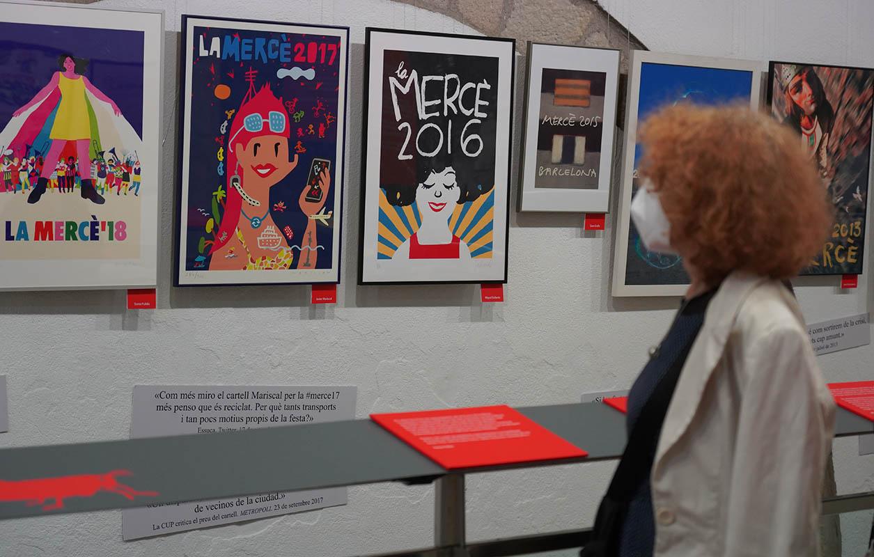 Acompanyant els cartells s'hi poden llegir els comentaris de reconeguts periodistes, cartes al lector, tuits i opinions que van suscitar   Elena Calzada (ENS)