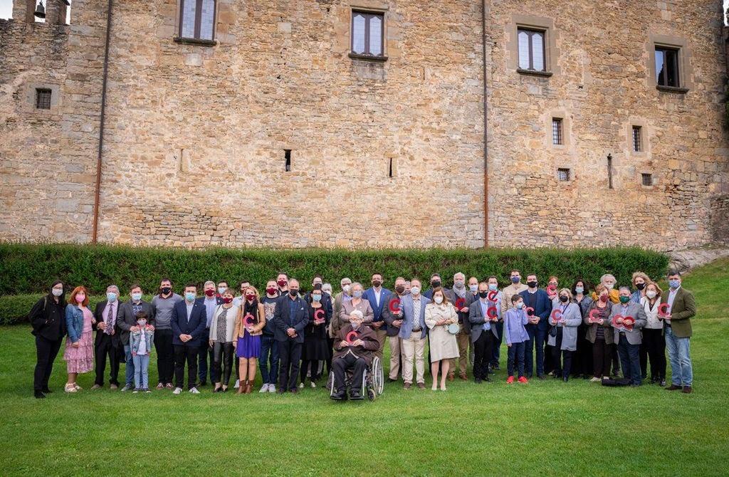 Foto de família dels premiats i els guardonats amb la menció d'honor, en els jardins del castell de Montesquiu, Osona | Federació de Cors de Clavé