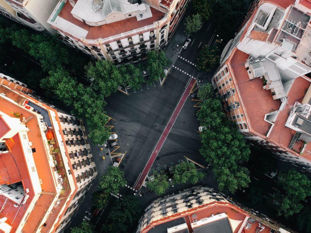 Francesc Xavier Hernández Cardona planteja que el disseny de l'eixampla és una aportació de la maçoneria catalana