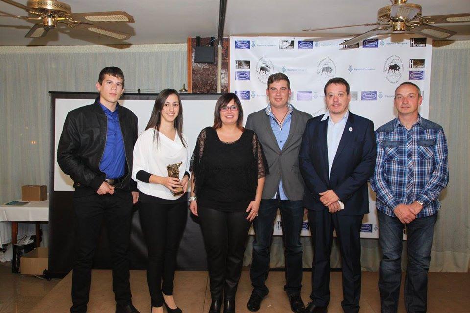 El president de l'APCTTE Santi Albiol, juntament amb alguns dels premiats de la Gala Taurina de 2015. Imatge: Agrupació de Penyes i Comissions Taurines de les Terres de l'Ebre.