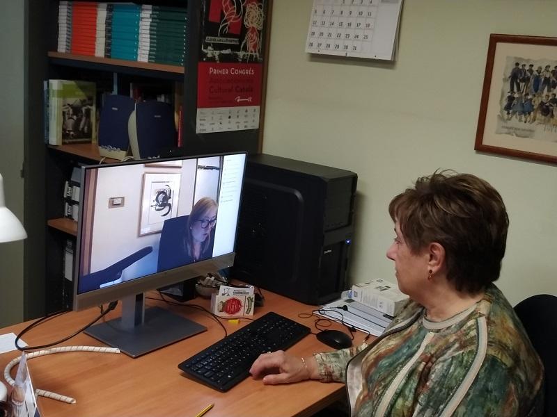 Rosa Maria Provencio, presidenta de l'ENS, escoltant la consellera de Cultura Àngels Ponsa