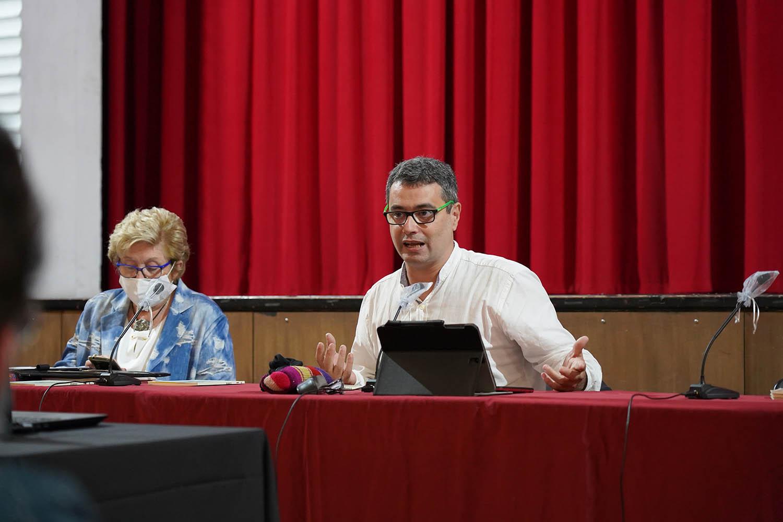 El conferenciant Amadeu Carbó i la presidenta de la Federació Catalana d'Entitats Catifaires, Vicenta Pallarés | Ens de l'Associacionisme Cultural Català