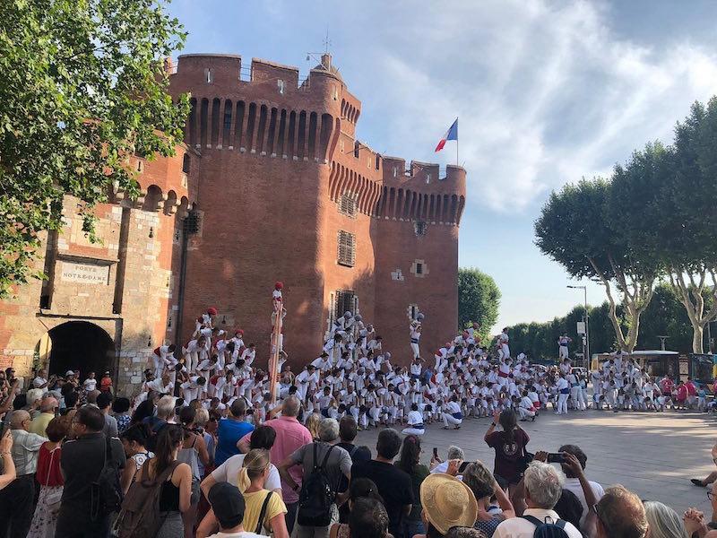 Actuació conjunta de les cinc colles falconeres reunides a Perpinyà | Adifolk