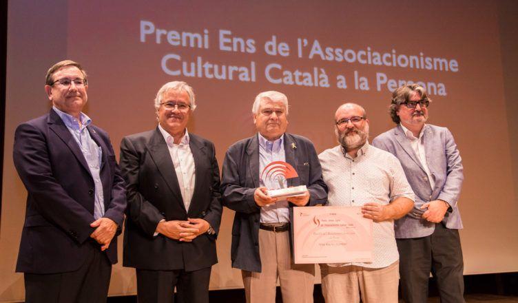 Lliurament del Premi a la Persona a Pere Baltà durant l'acte de lliurament dels II Premis Antoni Carné (2018) | Aleix López